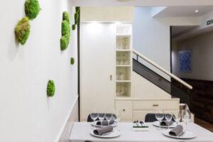 Mesa y escaleras de acceso a a comedor de Restaurante Casa Pedro