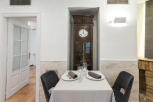 Mesa para dos en el comedor principal de Restaurante Casa Pedro