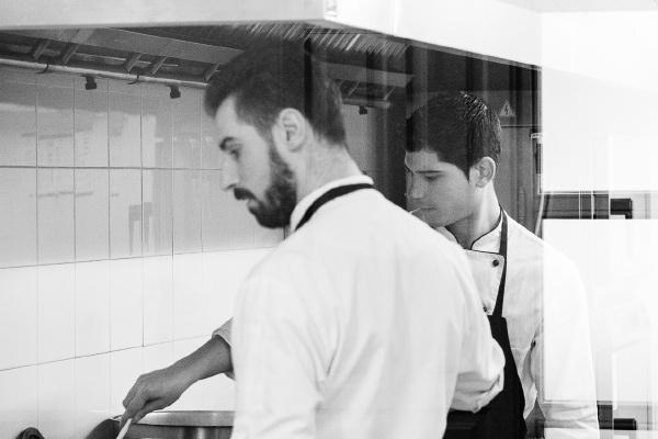 Javier y Luis cocinando