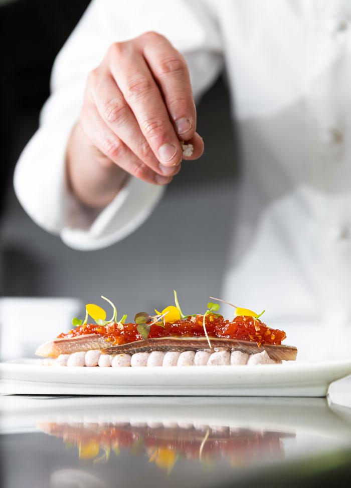 Chef Restaurante Casa Pedro dando el toque final a uno de sus platos