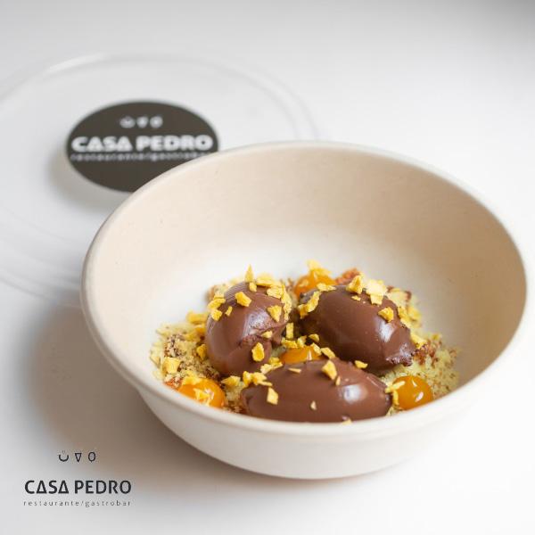 Cremoso de chocolate con bizcocho de naranja y mango