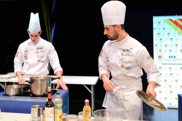 Los Hermanos Carcas cocinando para el premio de mejor cocinero de Aragon